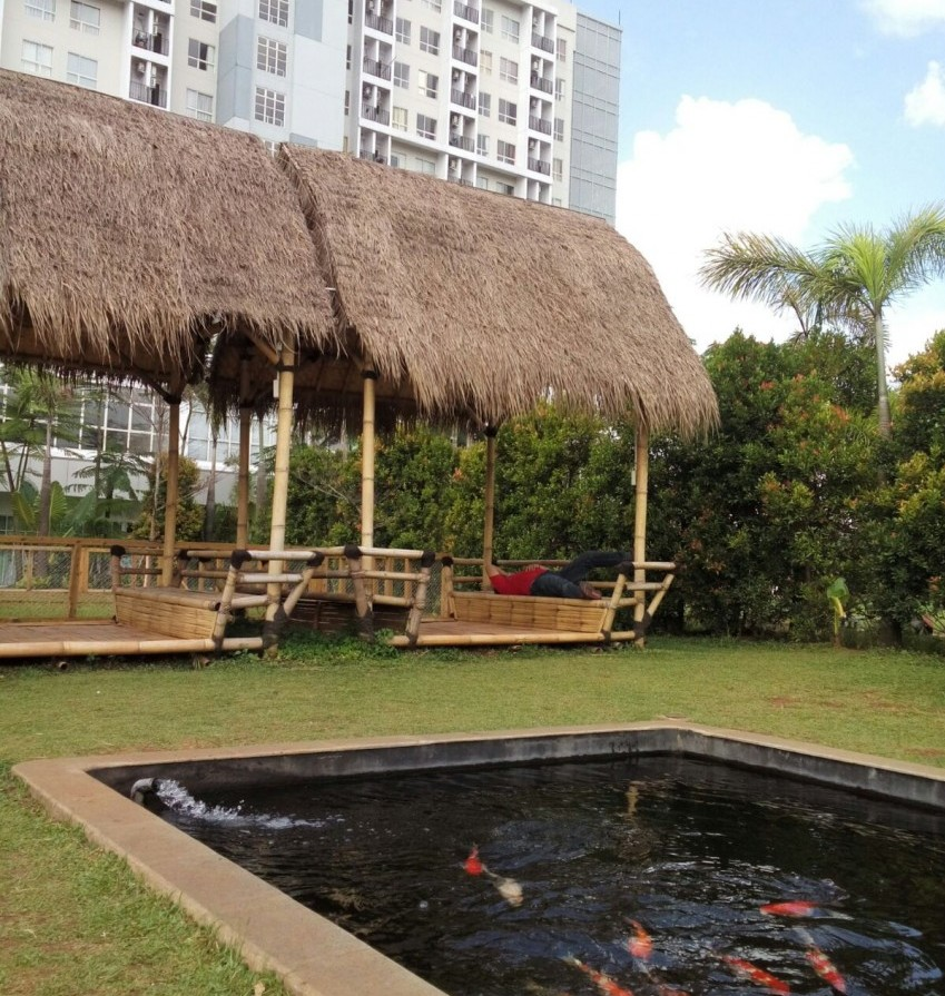 Saung tempat nonton ikan berenang :)